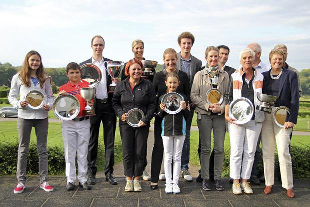 Mit Pokalen und Silber-Tellern – die Sieger und Platzierten der Clubmeisterschaften 2014 im GC Düsseldorf-Grafenberg (Fotos Torsten Laube)
