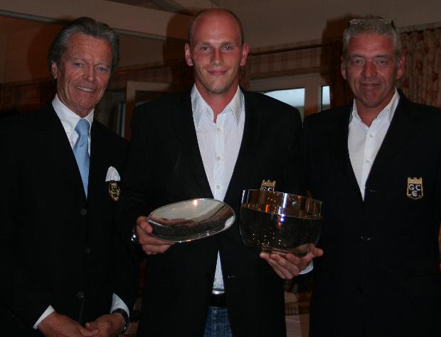 Clubmeister Claas-Eric Borges mit Pokal und Silberschale, es freuen sich mit ihm Clubpräsident Manfred Tiegelkamp (l) und Manager Jochem Schumacher