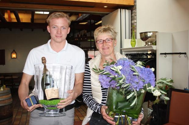 Mit Pokal, mit Blumen und mit noch mehr: Die Clubmeister 2014 im G&CC Velderhof: Sandra Michel und Lukas Florack