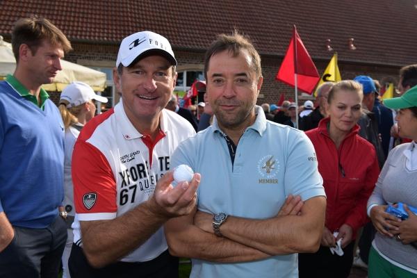 Der (v.l.) Promireporter Thomas Gerres, das Spielobjekt, der Schau- und Golfspieler Jan Josef Liefers  sowie Gattin Anna Loos