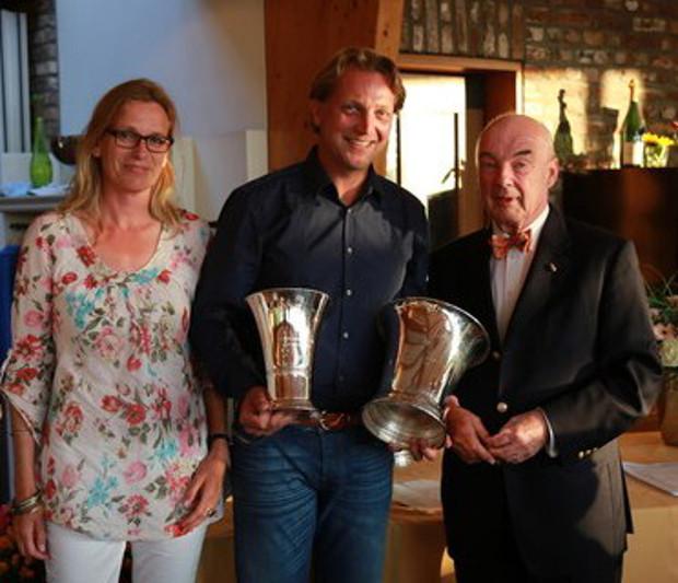 G&CC Velderhof-Präsident Gerrit Gründgens (r) gratuliert den beiden Bruttosiegern Susanne Schluckebier und Stephan Schloo