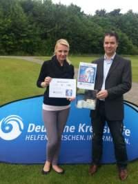 GolfCity Köln-Operations-Managerin Olivia Falat bei der Übergabe des symbolischen Schecks an die Deutsche Krebshilfe