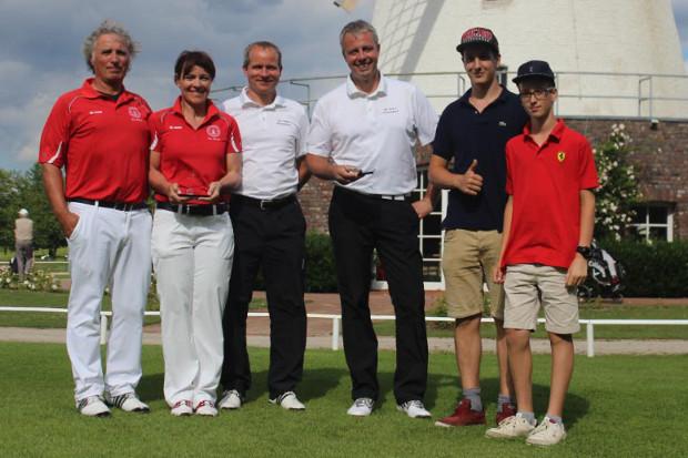 Die Sieger der Vierer-Clubmeisterschaft im G&CC Elfrather Mühle (v.l.): Otto Hans (1. Brutto), Gudrun Sonnenschein (1. Brutto), Oliver Klein, Jörn Caplan  (2. Brutto) sowie Alexander und Nicolas Fink (Sieger Nettowertung).