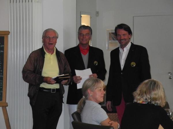 DGC-Präsident Jörg Penner (r) und Spielführer Joachim Guden (m) gratulieren dem Sieger der Netto-Klasse A, Michael Ronge