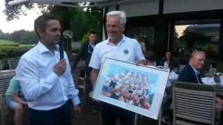 Martin Sauer (l) überreicht ein Fotopräsent an den Club-Präsidenten Bernhard Wanders