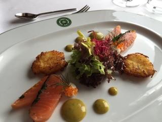InternetkleinRaffeIlbergHausgebeizter Lachs mit Salatbouquet, SEnf-Dill Creme und kleinen Kartoffelpuffern