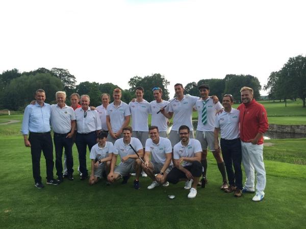 Der Deutschland-Achter im Vestischen GC Recklinghausen mit dem Club-Vorstand und den Pros