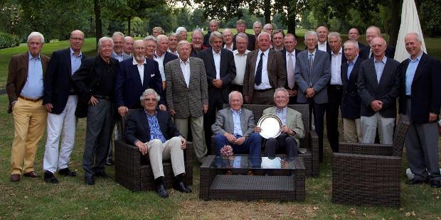 """Schiedlich-friedlich vereint nach der """"Ludgerus Cup""""-Entscheidung; sitzend mit dem Silberteller Dieter Heinen, der überragende 40 Punkte zum Sieg für den GC Essen-Heidhausen beisteuerte."""