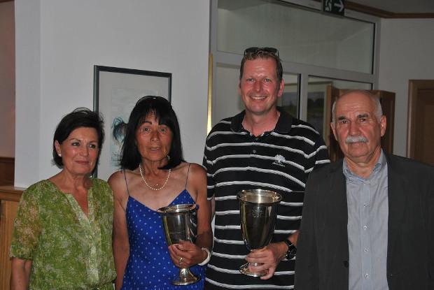 Das Präsidenten-Ehepaar Angelika und Prof. Dr. Peter Stadler gratulieren den Bruttosiegern Takako Fujimura und Ralf Hombitzer