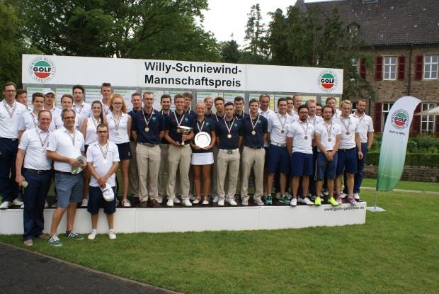 Die Medaillenteams beim Willy Schniewind Mannschaftspreis 2016 im Essener GC Haus Oefte : links in weißen Shirts Platz 2 für den Marienburger GC, in der Mitte das Siegerteam des GC Hubbelrath, rechts der Drittplatzierte GC Hösel