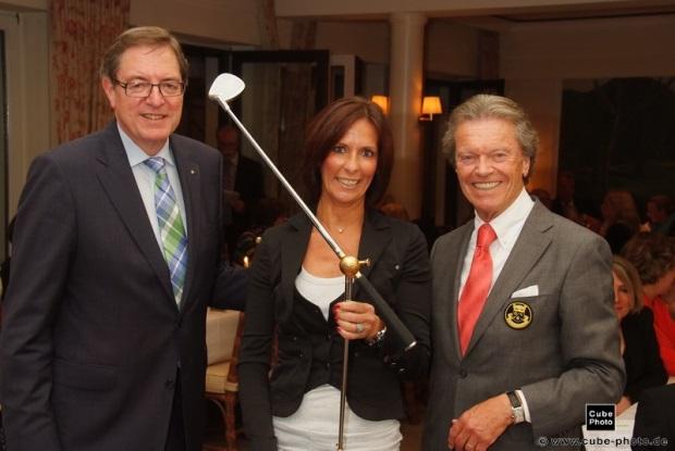 Bruttosiegerin Ulrike Hutter vom Burgdorfer GC mit Hans Martz und GC Essen-Heidhausen-Präsident Manfred Tiegelkamp