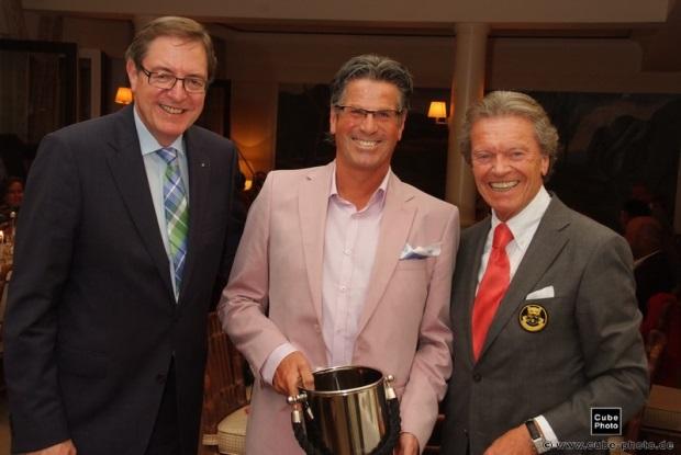 Zusammen mit Hans Martz (links) und Manfred Tiegelkamp (rechts) der Brutto-Sieger Thomas Werner (GC Essen-Heidhausen)