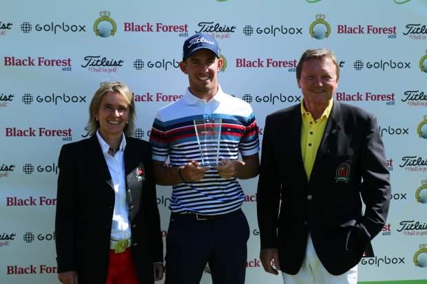Die Gastgeber und Ausrichter Susanne Schmitz-Abshagen mit dem Sieger der KOSAIDO Open und  Ralf H. Schmitz