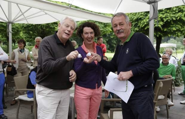 """400 km zum Freunde-Turnier: Die """"Weitgereisten"""" Gabriele und Rainer Villmow aus Buchholz in der Nordheide erhalten von GC Haus Bey-Präsident Dr. Hans Löffler einen weiteren Haus-Bey-Logoball."""