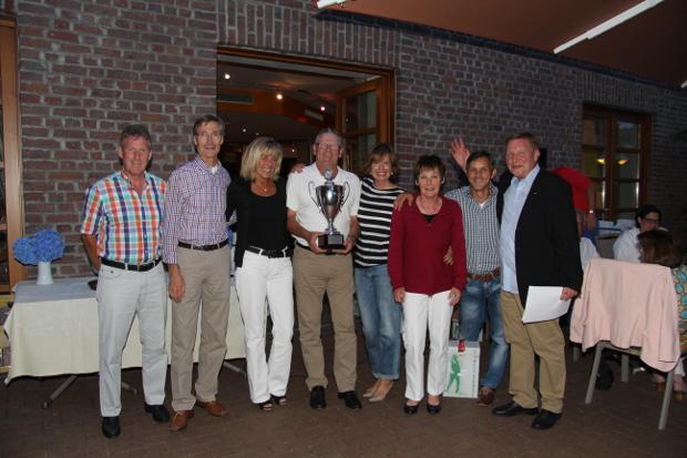 Die Gewinner des Wanderpokals beim BW&P Teamcup (v.l.): Gerd Bövers, Jochen Walter, Sylvana und Peter Eisenträger, Ulrike Walter und Angelika Bövers