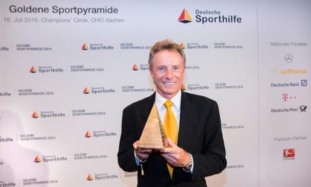 """Bernhard Langer mit der """"Goldenen Sportpyramide"""", überreicht am 16. Juli 2016 von der Deutschen Sporthilfe im Rahmen des CHIO in Aachen - Bildquelle: picture alliance für Deutsche Sporthilfe"""