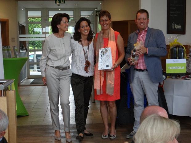 Ein strahlendes Quartett (v.l.): Marlies und Tochter Bettina Busch sowie die Bruttosieger Heike Hilliger und Joachim Nettelbeck