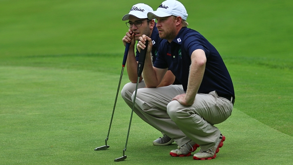 Vier Augen sehen mehr als zwei: Ferdinand Weber (l) und Marc Christopher Siebiera vom GC Hubbelrath studieren die Puttlinie