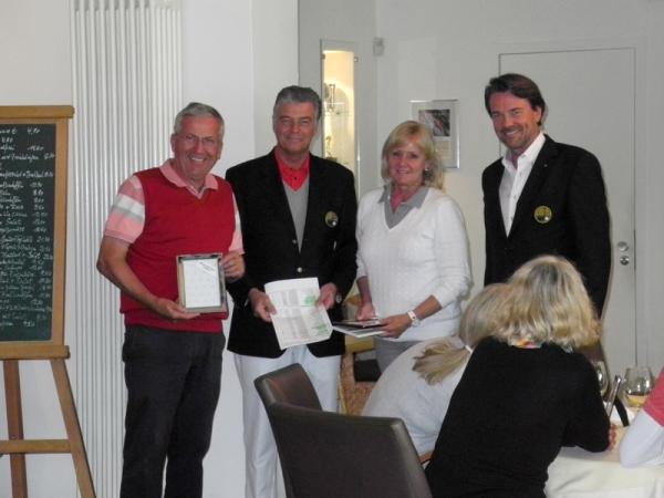 Siegerehrung der Netto-Klasse B (v.l.): Alfred Schönemann, Spielführer Joachim Gudden, Babette Schönemann und DGC-Präsident Jörg Penner
