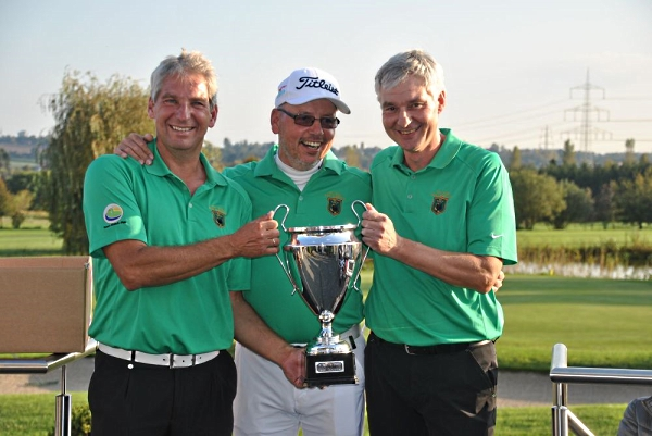Dr. Sven O. Krauss (l) und Eberhard Augustat – die Sieger des Team-Match-Play im GC Haan-Düsseltal;  in der Mitte Jörg Caspar, der den Pokal überreichte.