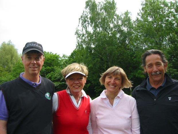 Sieger der Netto-Klasse A (v.l.): GC Duvenhof-Vizepräsident Michael Keith, seine Gattin Mechthild Keith sowie Katharina und Senioren-Captain Hans Werner Janseps