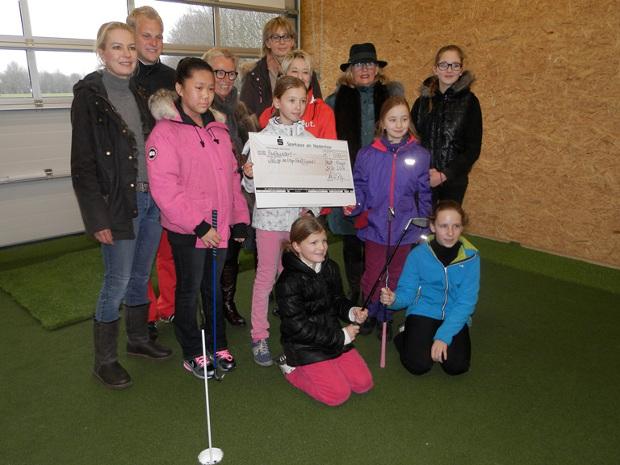 Freuten sich über einen Scheck in Höhe von 500 Euro – die Jugendlichen im GC Op de Niep
