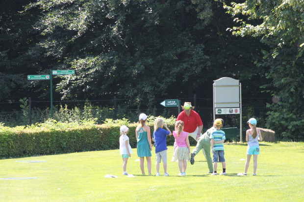 Mit Eifer bei der Sache – die Kinder und Jugendlichen im GC Rittergut Birkhof, hier mit ihrem Trainer  Morgan D'Arcy