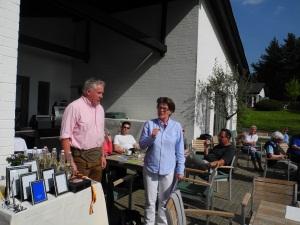 """Spielführerin Uschi Beer dankt dem Sponsor Manfred Furtner für die Austragung des """"Hotel Wiesenhof""""-Turniers"""